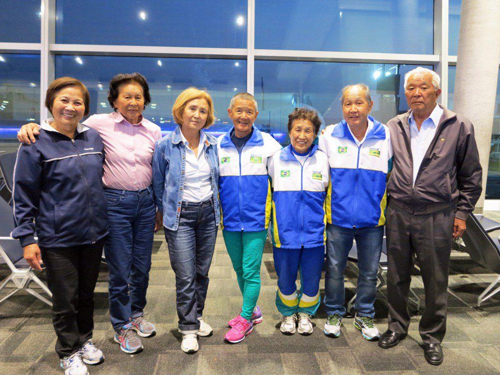 左から2人目が井本さん、右から2人目が清水さん(大会の帰路、中東のアブダビ国際空港で乗り換え中に撮影)