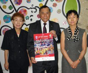 来場を呼びかける市川さん、池崎会長、小林さん