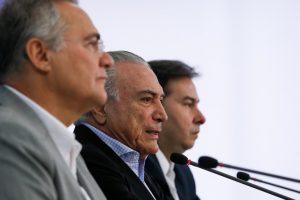 手前からレナン上院議長、テメル大統領、マイア下院議長(Foto: Beto Barata/PR)