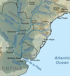 ラプラタ河をさかのぼると、パラグアイ川、パラナ川に分かれる。パラナ川上流にはイグアスの滝、さらにその上にグアイーラやセッチ・ケーダスがあった(By Kmusser, via Wikimedia Commons)
