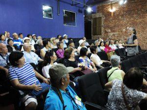 マテ・ラランジャ社が建設した映画館を修復した劇場。ガイドから説明を聞く一行