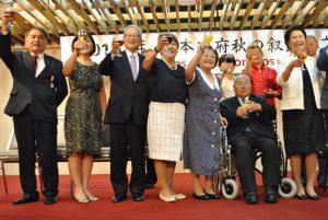 文協での祝賀会に訪れ笑顔で乾杯する(左から)谷口、上田、篠原夫妻