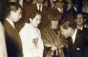 三笠宮様ブラジル訪問(1958年6月18日、移民50周年で来伯された初皇室、三笠宮ご夫妻をお迎えする重松さん(右、重松家提供)