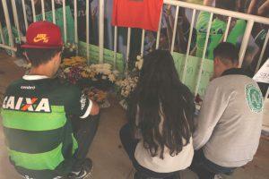 シャペコエンセのホーム・コンダスタジアムで冥福を捧げ献花する市民(Foto: Ralph Quevedo Sentinela24h)