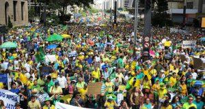 パウリスタ大通りを埋めた参加者。どう見ても「1万5千人」には見えない