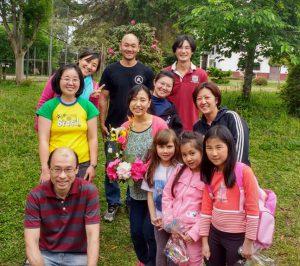 ラーモス日本語学校で生徒や父兄と記念撮影(花を持って中央にいるのが大野さん)