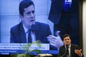 LJ裁判を担当するパラナ連邦地裁のセルジオ・モロ判事(汚職防止に関する法案を審議する16年8月4日の下院特別委員会に招かれて、Jose Cruz/Agencia Brasil)