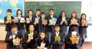 本を手に喜びを浮かべる生徒たち