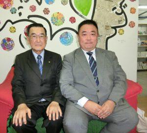 (左から)桜井会長、来伯した保坂講師