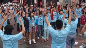 恒例となった馬場体操を、リベルダーデ広場で元気に踊る参加者ら