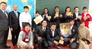 贈り物に笑顔を見せる生徒ら(提供写真)