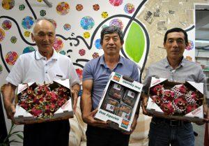 自慢の果樹を手に来社した(左から)貴田会長、山下高広副会長、広瀬ペドロ清会計