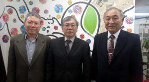 告知のため来社した(左から)小田押本セルジオさん、谷口アルマンドさん、谷口ジョゼ眞一郎さん