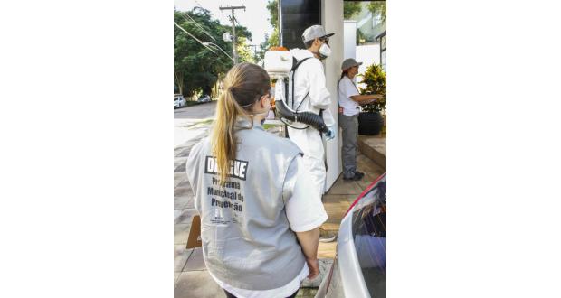 家々を訪問し、蚊の発生源撲滅のための指導や駆除剤散布を行う市保健局職員ら(Cristine Rochol/PMPA)