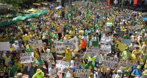 ラヴァ・ジャット作戦を邪魔するような〃汚職擁護法案〃を通過させた連邦議会に市民の怒りが爆発した(16年12月4日の聖市パウリスタ大通りのデモの様子)