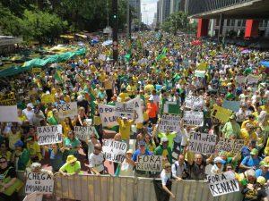 ラヴァ・ジャット作戦を邪魔するような〃汚職擁護法案〃を通過させた連邦議会に市民の怒りが爆発した(16年12月4日のサンパウロ市パウリスタ大通りのデモの様子)