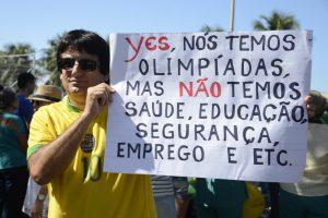 「はい、五輪はあるけど、医療、教育、治安、雇用、その他がありません」と皮肉るデモ参加者。リオ五輪直前の2016年7月31日、リオで(Foto: Tânia Rêgo/Agência Brasil)