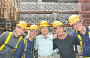 工事を終えてほっとした様子の5人の職人(撮影・望月二郎)