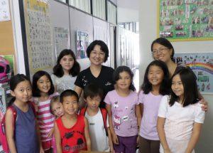 日本語学校の生徒たち(後列中央が植西さん)