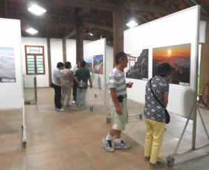 富士山の写真にじっくり見入る来場者たち