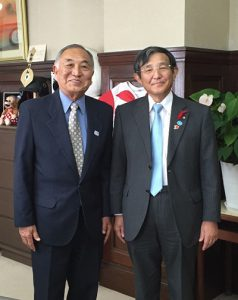 仁坂知事(右)と面会した谷口会長