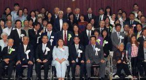 在亜県人会が50周年を迎え記念写真に収まる式典参列者(ともに提供写真)