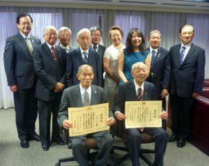 受賞者の村崎氏、伊藤氏とその関係者