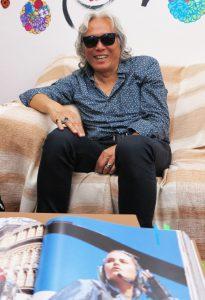 写真集に掲載された自作品を説明する高野さん