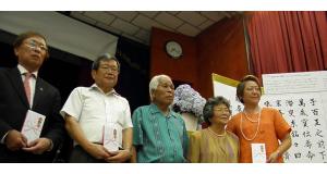 日系団体と記念写真(中央が山城さん、右隣が山城千枝子さん)
