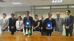 署名式に出席した関係者ら(左から4人目が中前総領事、7人目が大城会長)