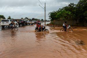 冠水した道路を進む人々(Jose Mendes/Gcom-MT)