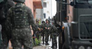 エスピリト・サント州の市街地には、軍が展開し、戦場のような状態になっている(Tânia Rêgo/Agência Brasil)
