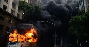 1日のデモ隊と警察の衝突ではバスも燃やされた(Fernando Frazao/Agencia Brasil)