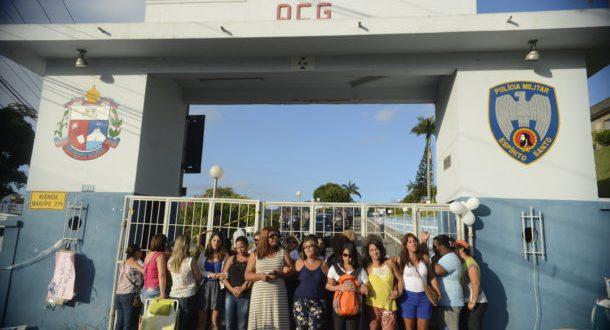 軍警大隊前で抗議行動を続けている女性達(Tânia Rêgo/Agência Brasil)