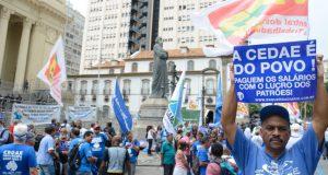 リオ州議会前で、水道公社民営化に抗議する人々(Tomaz Silva/Agencia Brasil)