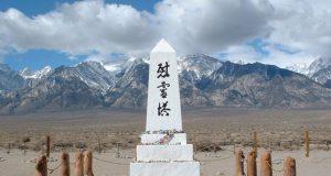 マンザナー強制収容所内に設けられた慰霊碑(Photo taken by Daniel Mayer on 2002-03-24. Wikimedia Commons)