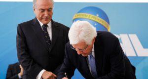 3日の就任式で署名するモレイラ氏(Beto Barata/PR)