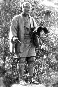小田原の報徳二宮神社境内にある壮年の二宮尊徳先生「至誠と実行」の像。180センチ、94キロの堂々たる体躯。強靭な足腰が、大胆にして緻密な農村調査活動を支える(松田さん提供)