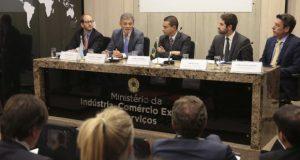アルゼンチンとの会談の後、記者団に成果を語るブラジル産業通商サービス省の高官たち(Antonio Cruz/Agência Brasil)