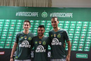 新ユニフォーム発表会見に現れたジャクソン・フォルマン、アラン・ルシェル、ネットの3人(左から、Sirli Freitas/Chapecoense)