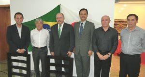 (左から)野村市議、平崎会長、セルジオ陸軍大臣、中前総領事、マウロ総司令官