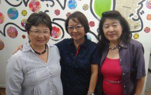 (左から)案内に来た上辻照子文協副会長、鈴木さん、林まどか文協副会長