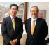 帰国する那須さん(左)と斉藤新所長