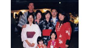 同僚(右後ろの男子)や日系二世の友人らと、ブラジリアの本願寺の盆踊りに法被姿で参加。右端の女の子がその後、亡くなった(撮影2000年)