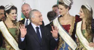 ブラジル南部の美女に囲まれご満悦のテメル大統領(Antonio Cruz/Agência Brasil)