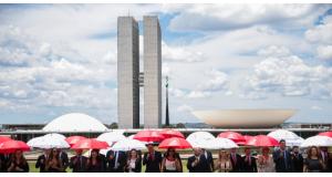 連邦議事堂前に集まる全国検察員連盟のメンバーたち(José Cruz/Agência Brasil)
