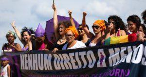 権利削減に反対する横断幕を掲げて行進する女性達(ブラジリア、Marcelo Camargo/Agência Brasil)