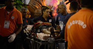 担架で運ばれるけが人が出て騒然とするチジュッカ(Fernando Frazão/Agência Brasil)