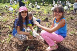 植樹祭に参加した生徒ら