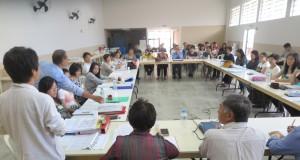「日本語教育の未来のために協力を」と語りかける渡辺久洋会長(後姿)